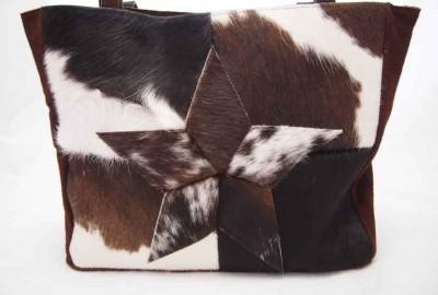 Edith Sparkling is een patchwork shopper gemaakt van bruin/witte koeienhuid en bruin leer.